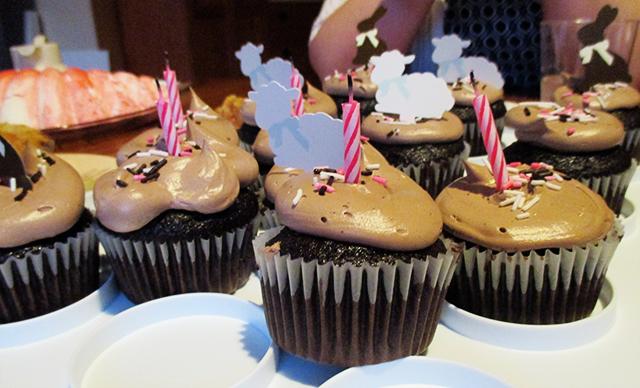 Mmmmm birfday gluten-free chocolate cupcakes!!11!